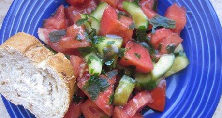 Gurken-Melonen-Tomaten-Salat an Lindenblütenvinaigrette