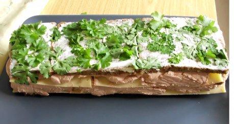 Terrine mit Käse und Brot