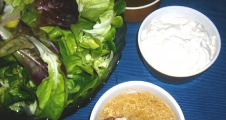 Party-Salatbüffet mit drei Dressings