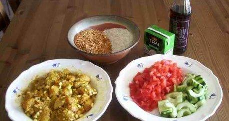 exotisches Hähnchencurry mit zweifarbigem Reis