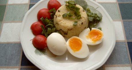 Eier auf Frühlingszwiebel-CousCous