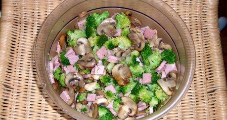 Brokkoli-Champignon-Schinken-Salat