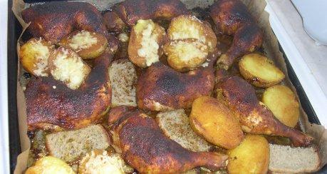 Blechkartoffel mit Käse überbacken und Hähnchenkeulen