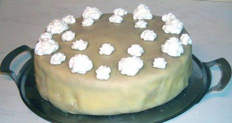 Haselnuss-Sahne-Torte mit Marzipandeckel
