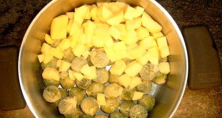Rosenkohleintopf mit Kartoffeln und Schmelzkäse
