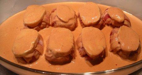 Gewickelte Schweinemedaillons überbacken auf Paprikasahne