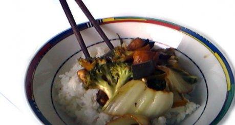 Chinesische Alltagspfanne mit Gemüse der Saison