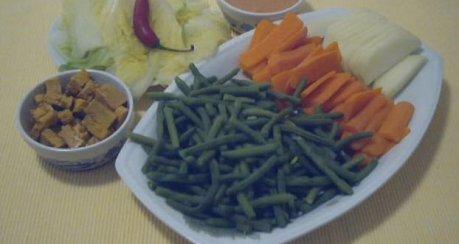 Indonesische Reistafel - Gemüseplatte mit Tofu