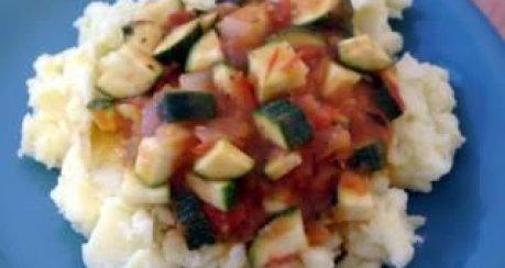 Tomaten-Zucchini-Gemüse mit Kartoffelbrei