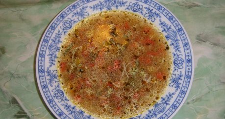 Fadennudelsuppe mit Paprika und Lauchzwiebel