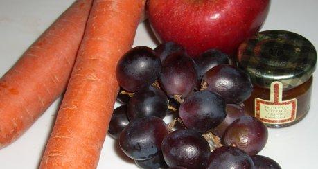 Apfel-Möhren-Rohkostsalat mit Trauben