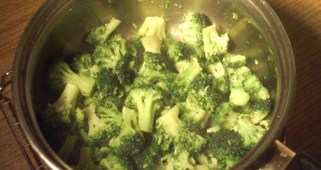 Broccolisuppe mit Mandelcrepes