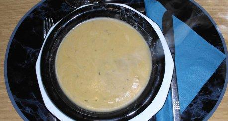Knoblauchsuppe mit Kartoffeln und Rahm