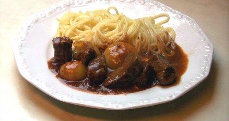 Schmortopf mit Zwiebeln und Feta