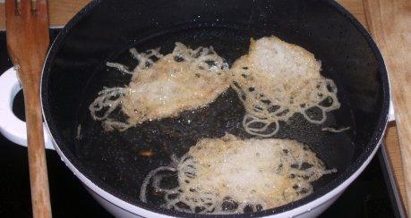 Hackfleisch mit Nüssen aus dem Wok