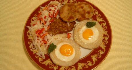Variation von Ei, Kohlrabi und Nüssen (Ei guckt aus dem Loch II)