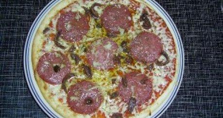 Pizza mit Salami