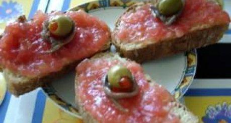 Tomatenbrote mit Sardellenfilets