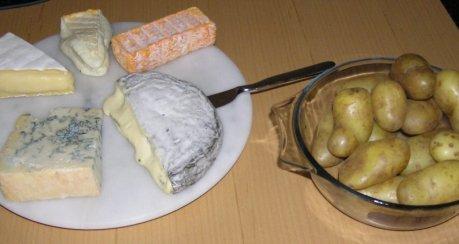 Gschwellti mit Chäs (Kartoffeln mit Käse)