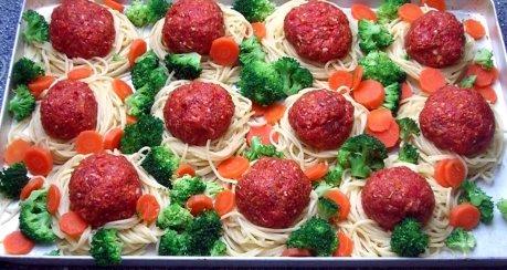 Gebackene Spaghetti mit Hackbällchen