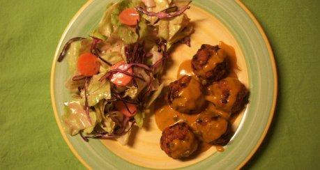 Scharfe Curry-Erdnuss-Bällchen