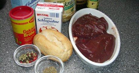 Gebackener Leberknödel mit Sauerkraut auf Pfeffersauce