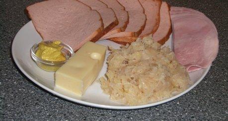 Leberkäse mit Sauerkrautfüllung, überbacken (Leberkäseröllchen)