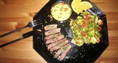 Farbiger Spargeln an Lamm mit Kartoffelflan und Currysauce