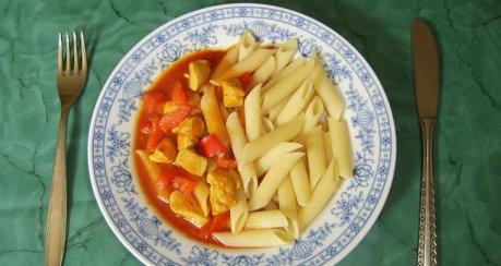 Hähnchenbrustfiletgulasch mit Paprika und Roter Zwiebel