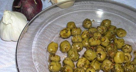 Oliven mit Kräutern
