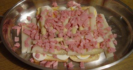 Spargel-Schinken-Toast mit Ei und Käse