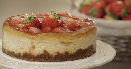 Käsekuchen mit Erdbeeren und weißer Schokolade